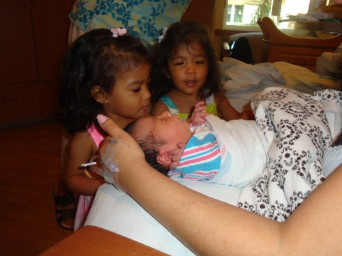 Zoe & Eva meeting Baby Lucas {the reason I couldn't walk in last year's March..} xo